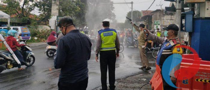 Polsek Lakarsantri Rutin Lakukan Penyemprotan Disinfektan di Jalan Umum