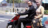 Permalink ke Pernikahan Wartawan,  Kendarai  Motor Matic ke KUA Bondowoso