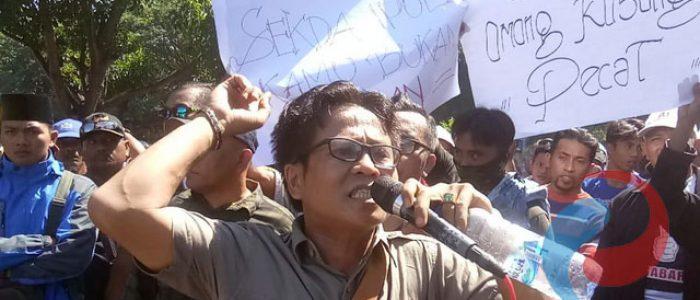 Massa  Demo ke Pemkab Bondowoso, Tuntut  Pencopotan Sekda