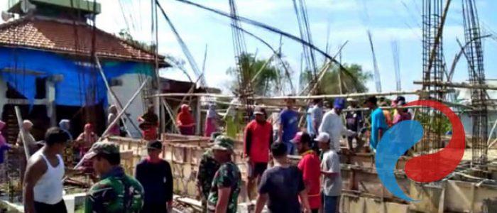 Anggotaa Koramil Glagah Bantu Percepat pembangunan Pondasi Masjid