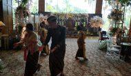 Permalink ke Buka Herritage Wedding, GM Shangri-La Hotel Ikut Menari
