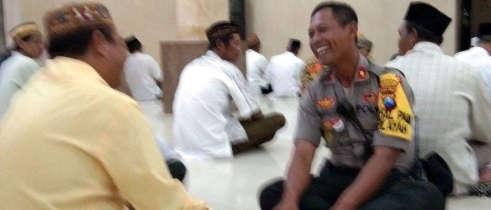 Jalin Kemitraan, Kapolsek Pakal Sholat Magrib Berjamaah di Masjid Al Istiqomah
